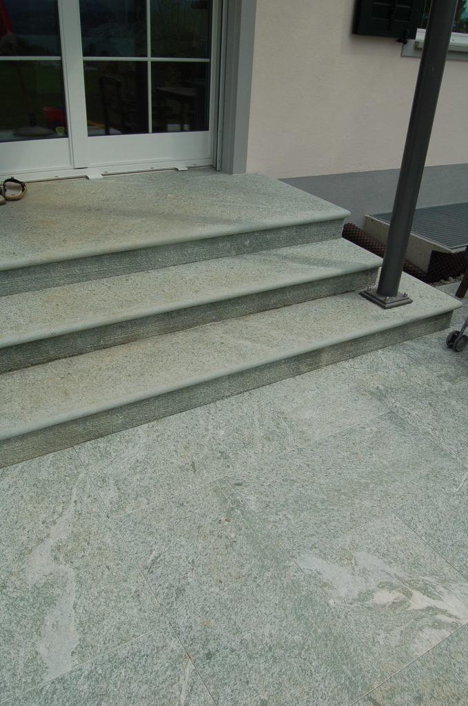 Blockstufen Andeer Gneis für Treppen im speziellen Licht.